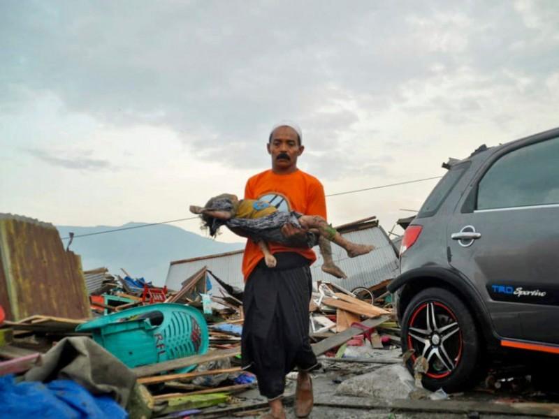 Indonesia realiza entierros masivos tras un tsunami devastador
