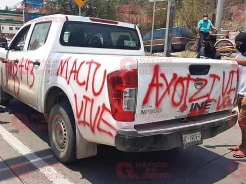 INE-Guerrero levanta denuncia contra normalistas por despojo de camioneta