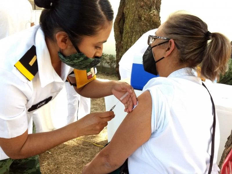 Inicia la aplicación de vacunas para médicos y enfermeros: IMSS
