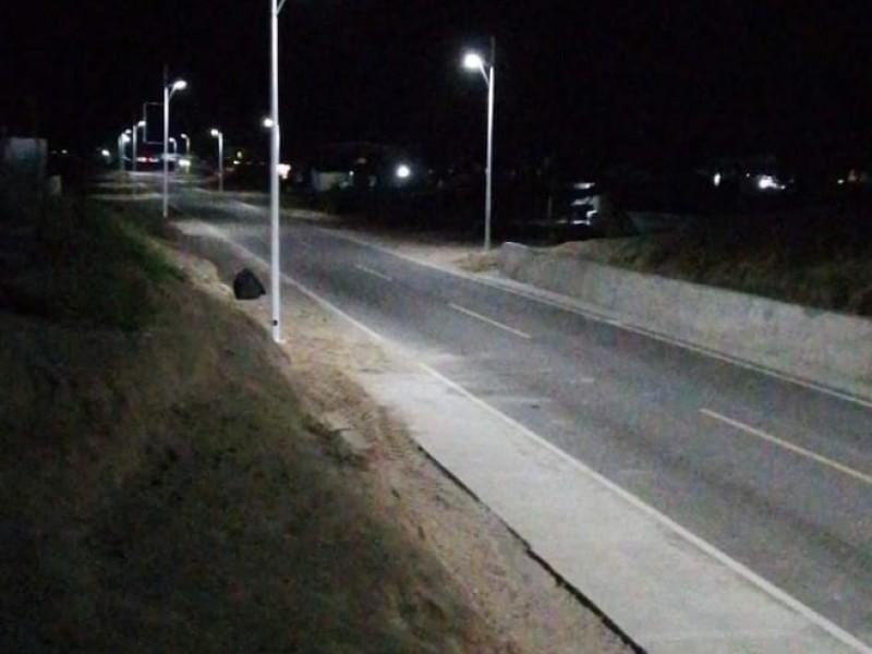 Inicia la instalación de luminaria en Puerto Chale