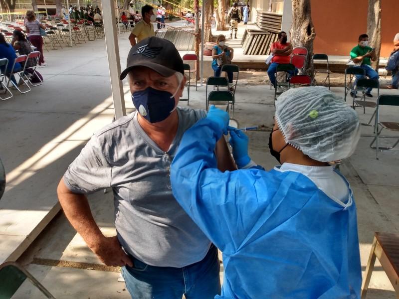 Inicia vacunación contra Covid-19 a profesores en Oaxaca