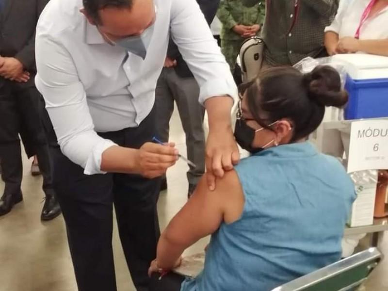 Inicia vacunación de 135 mil maestros en Guanajuato