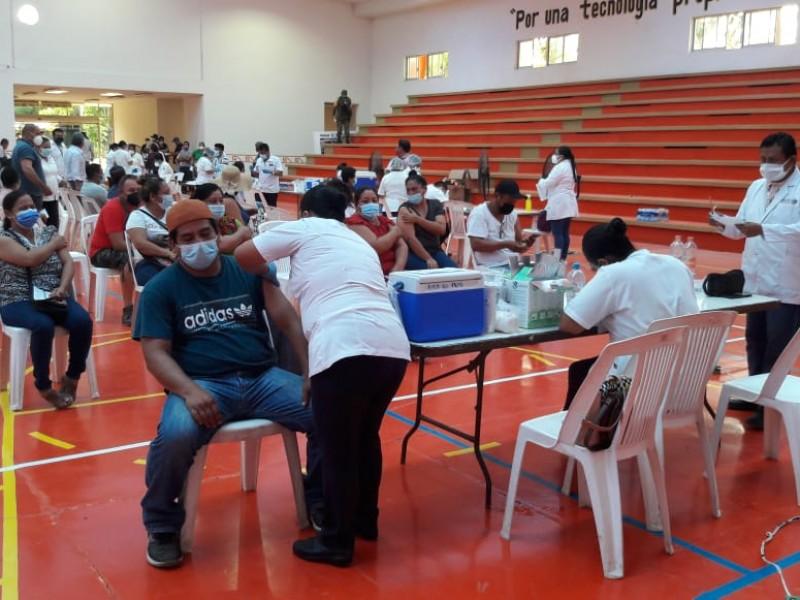 Inicia vacunación en Juchitán para personas de 40-49 años