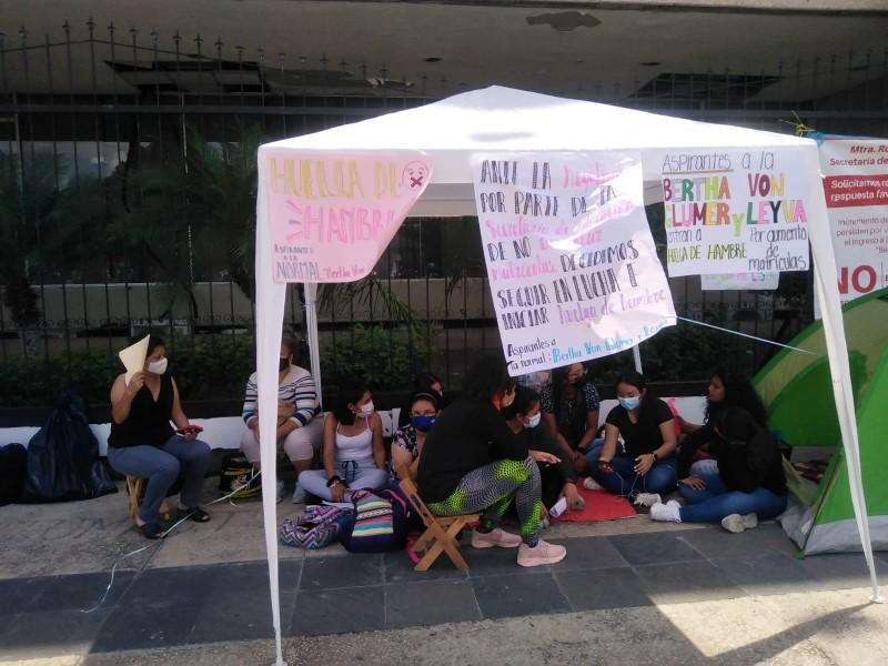 Inician huelga de hambre aspirantes a educadoras