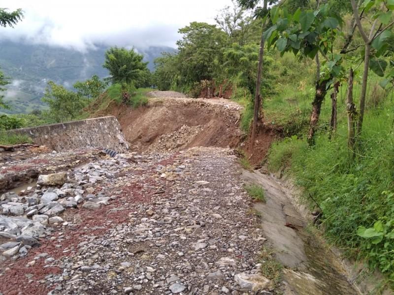 Inician trabajos de reconstrucción en caminos de la sierra norte