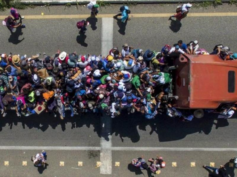 Inmigrantes improvisan refugios en cajas de tráiler