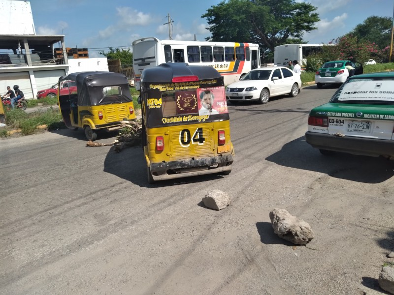 Instalan dos bloqueos carreteros en Juchitán