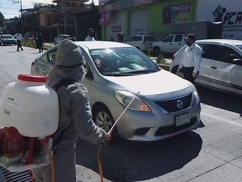 Instalan  filtro sanitario en Coatepec y sanitizan automóviles