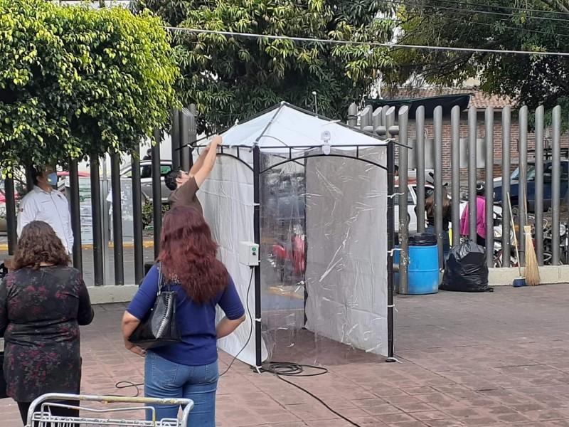 Instalan túnel sanitizante en la clínica del IMSS en Zamora