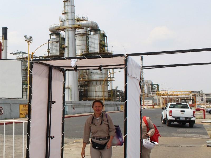 Instalan túneles sanitizantes en accesos a Refinería