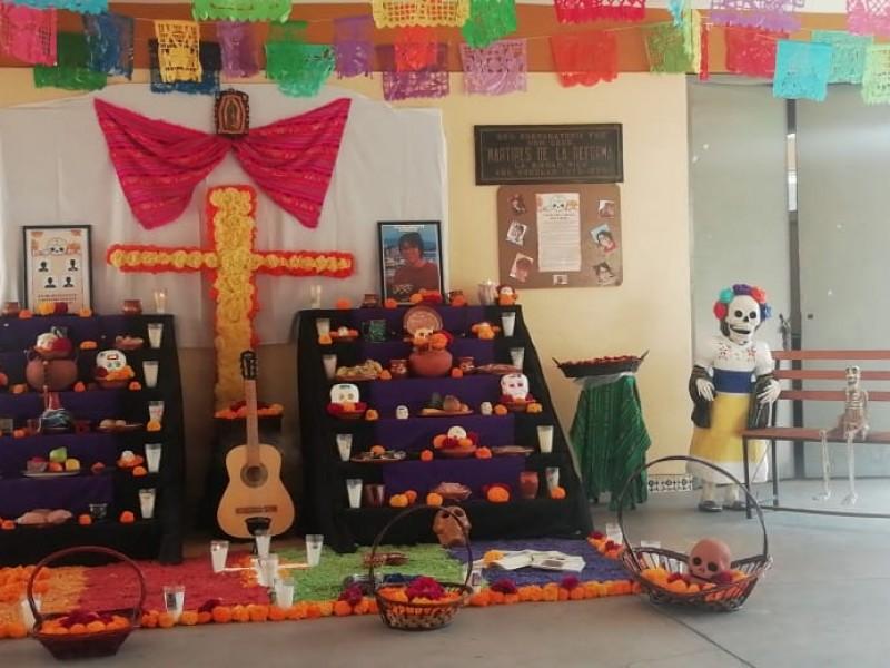 Instituciones educativas y dependencias elaboran altares de muertos