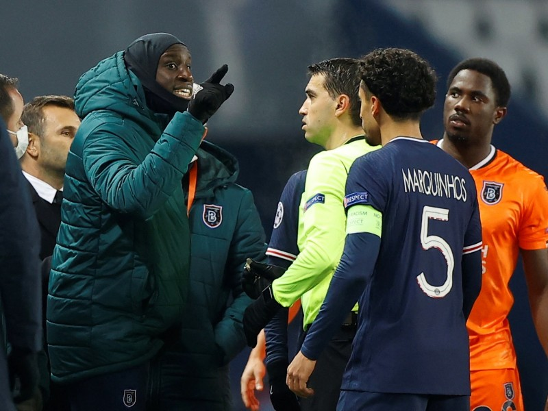 Insulto racista del cuarto árbitro detuvo el PSG - Basaksehir