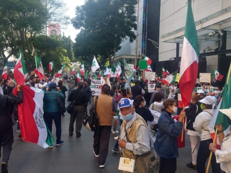 Integrantes de FRENAAA protestan frente al Senado