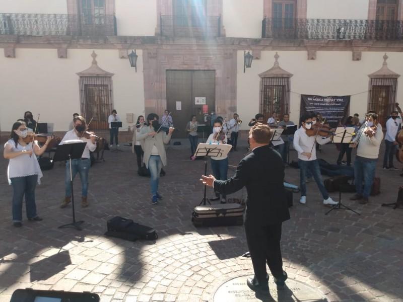 Integrantes de la Orquesta de Cámara y Coro se manifiestan