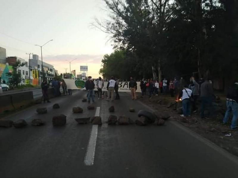 Integrantes de Suttebam bloquean salida a Pátzcuaro