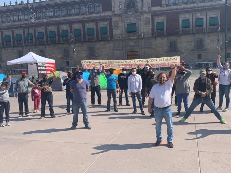 Integrantes del SITEZ instalan plantón en Palacio Nacional