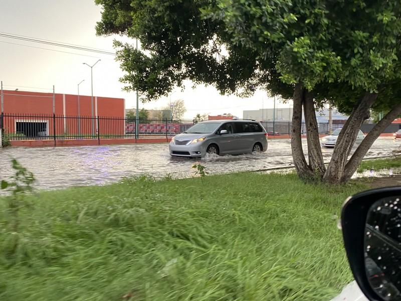 Intensa lluvia deja calles inundadas, postes y cables eléctricos caídos