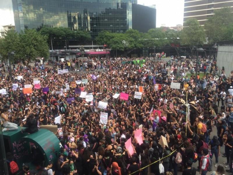 Intensa manifestación femenina en la Ciudad de México