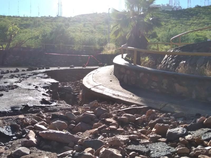 Intensas lluvias dejan gran socavón en cerro