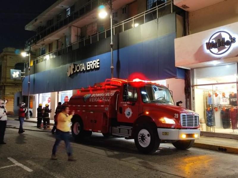 Intentan incendiar tienda departamental en Veracruz