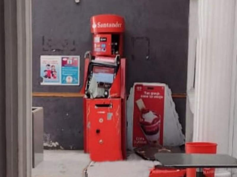 Intentan quitar cajero automático en plaza de Rafael Lara Grajales