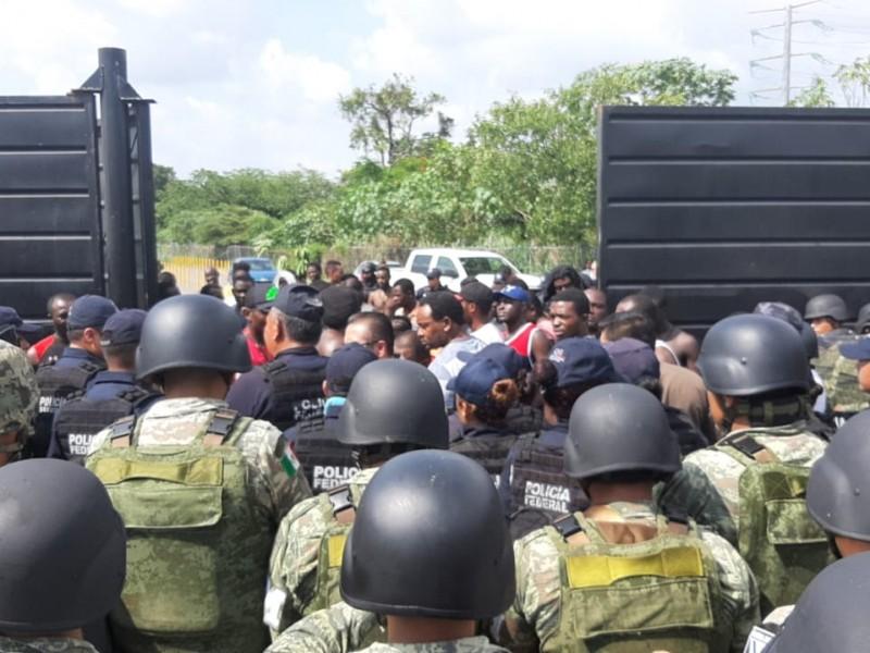 Migrantes intentan amotinarse en albergue en Tapachula