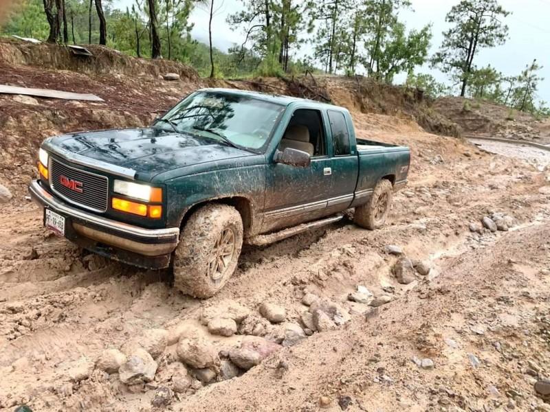 Intransitables caminos en la sierra; habitantes forzados a abandonar vehículos