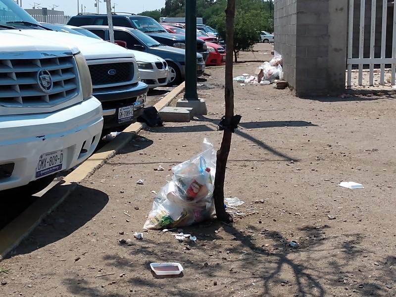 Invaden desechos de basura a las afueras del HGL