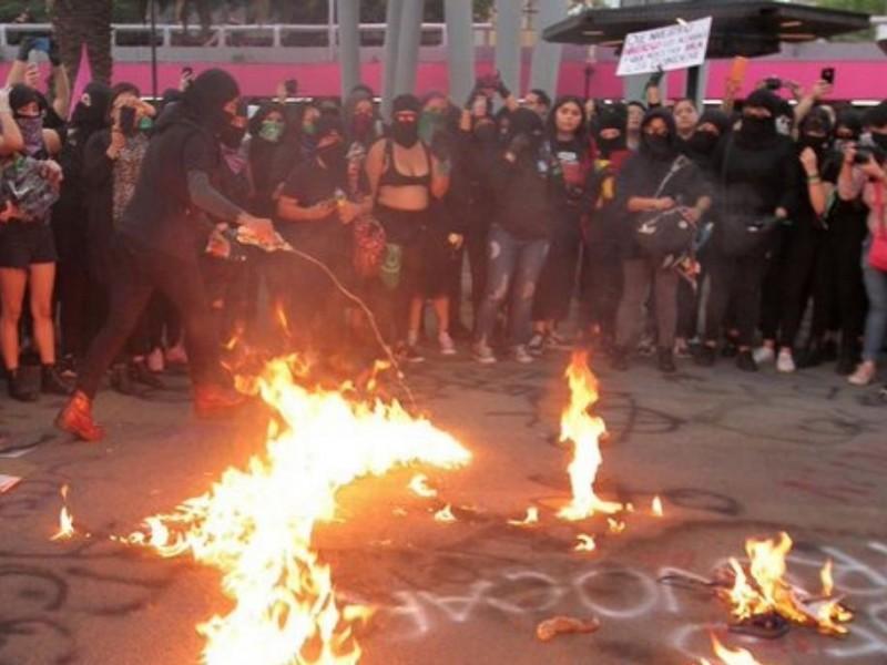Investigan actos violentos durante protesta feminista