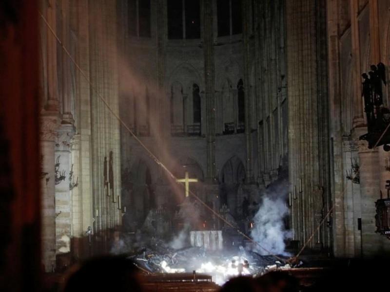 """📹Investigan """"destrucción involuntaria por incendio"""" en Notre Dame"""