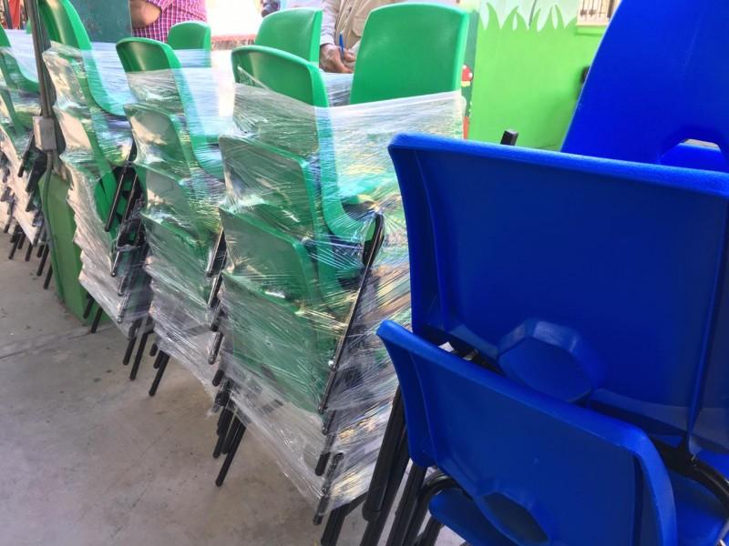 Invierten 27 millones de pesos en mobiliario para 26 escuelas