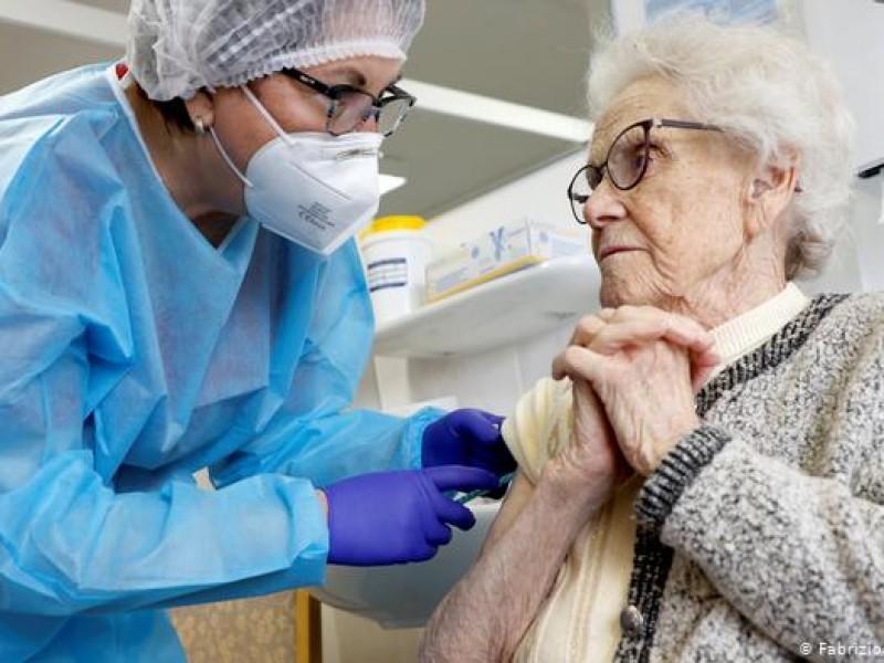Israel aplicará tercera dosis de vacuna anticovid a adultos mayores
