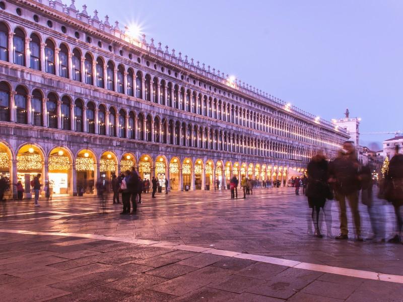 Italia cierra teatros y cines para contener rebrote