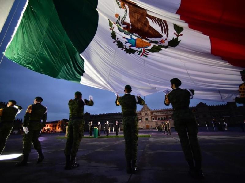 Izan bandera en memoria de víctimas de sismos en México