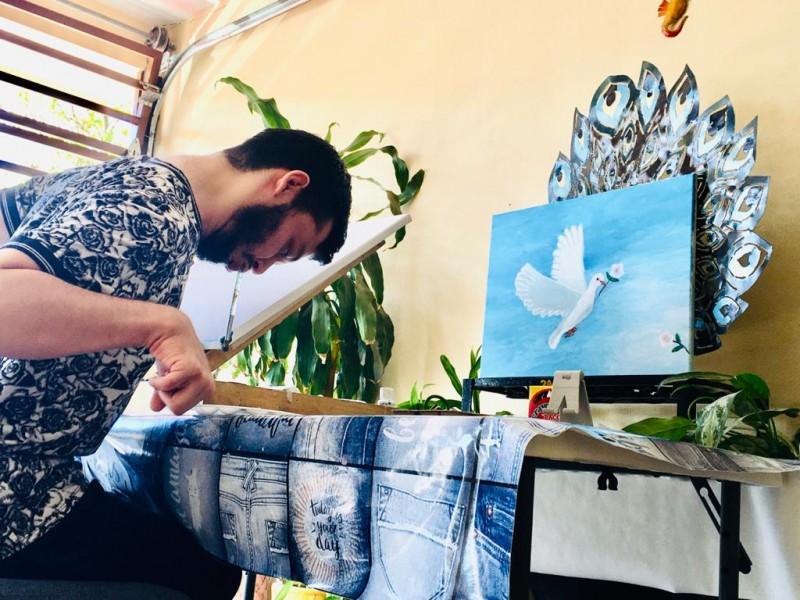 Jaime Adán proyecta su arte en pinturas con la boca