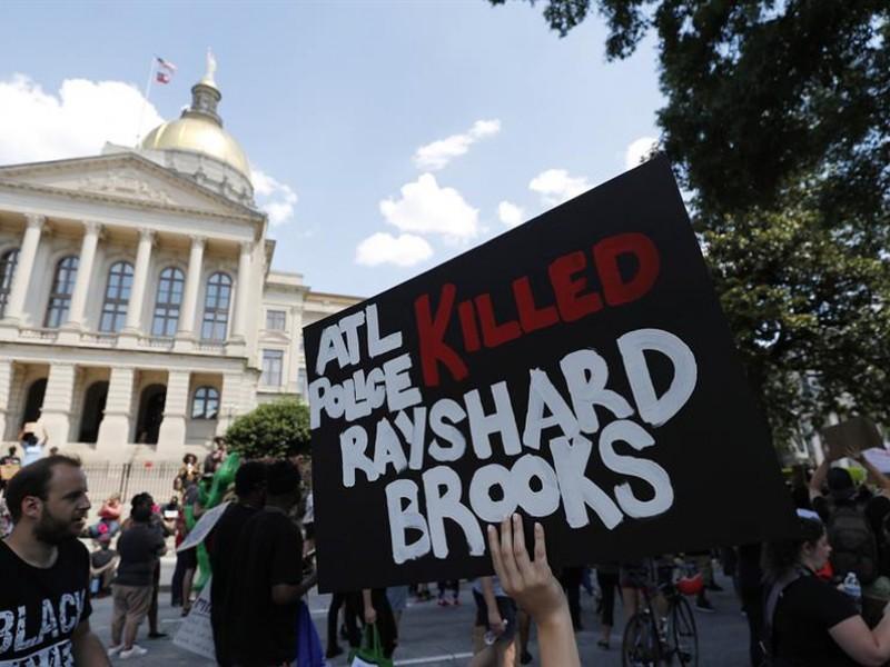 Jefa de policía en Atlanta renuncia tras muerte de afroamericano
