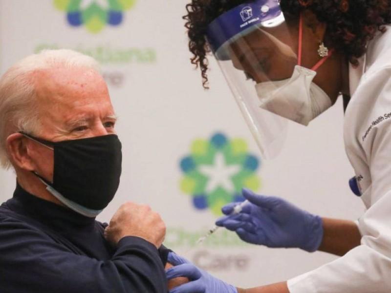 Joe Biden se vacuna contra COVID-19