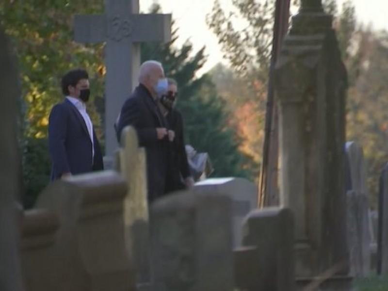 Joe Biden visita la tumba de su hijo