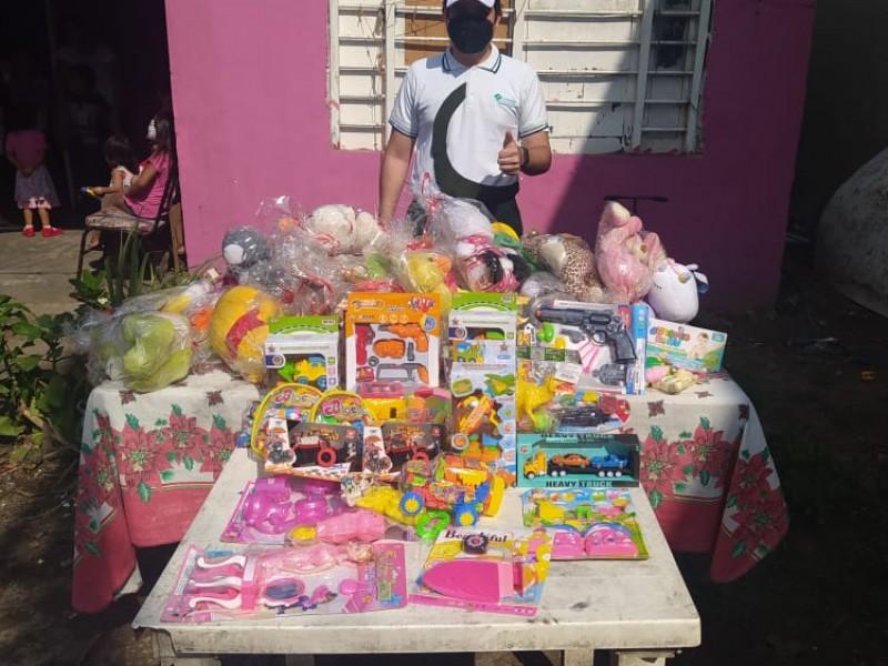 Joven estudiante dona juguetes a niños de escasos recursos