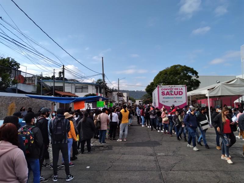 Jóvenes abarrotan centros de vacunación en Morelia
