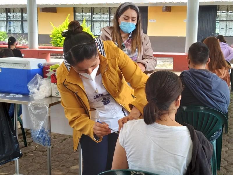 Jóvenes de 18-29 años acuden a vacunarse en Tlazazalca