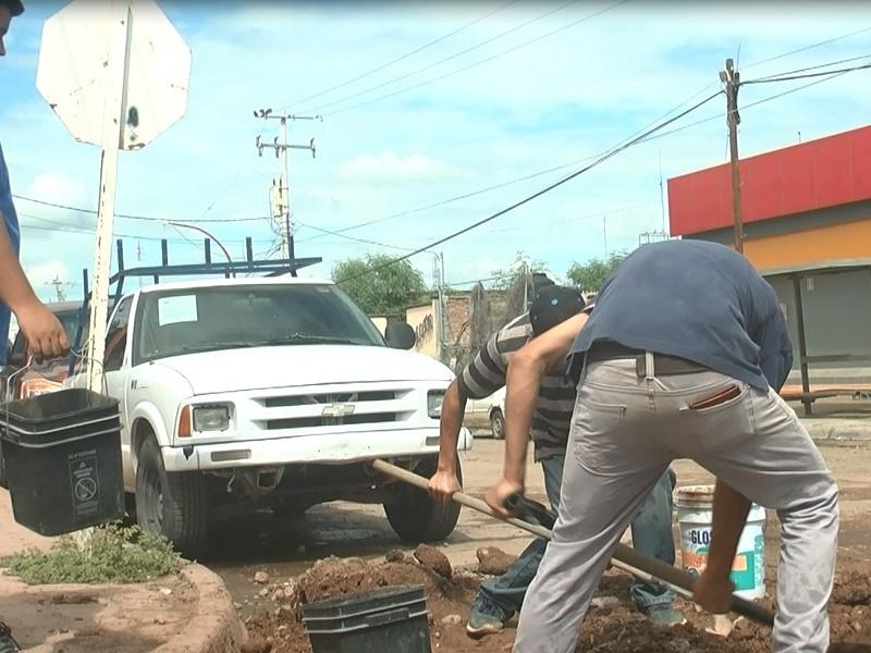 Jóvenes deciden cubrir los baches en Navojoa