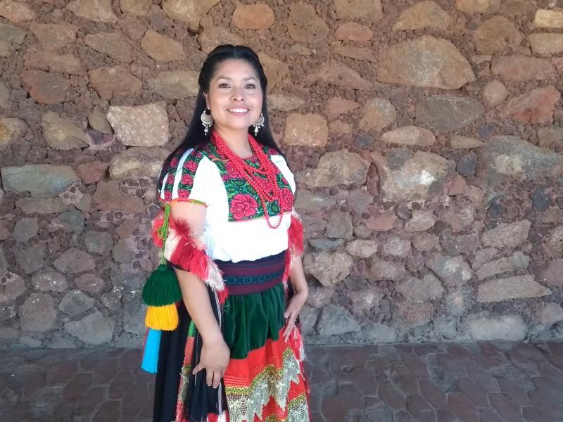 Jóvenes indígenas buscan preservar tradiciones con vestimenta típica