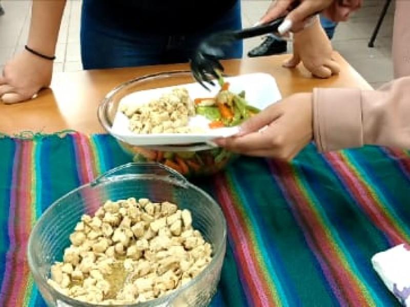 Jóvenes promueven buena alimentación por sobrepeso y obesidad