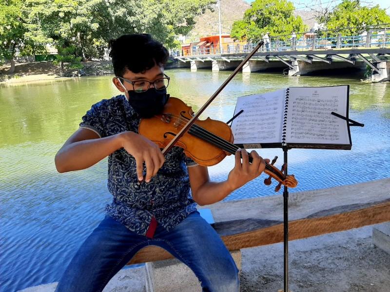 Juan Francisco, joven violinista istmeño que aspira conquistar grandes escenarios