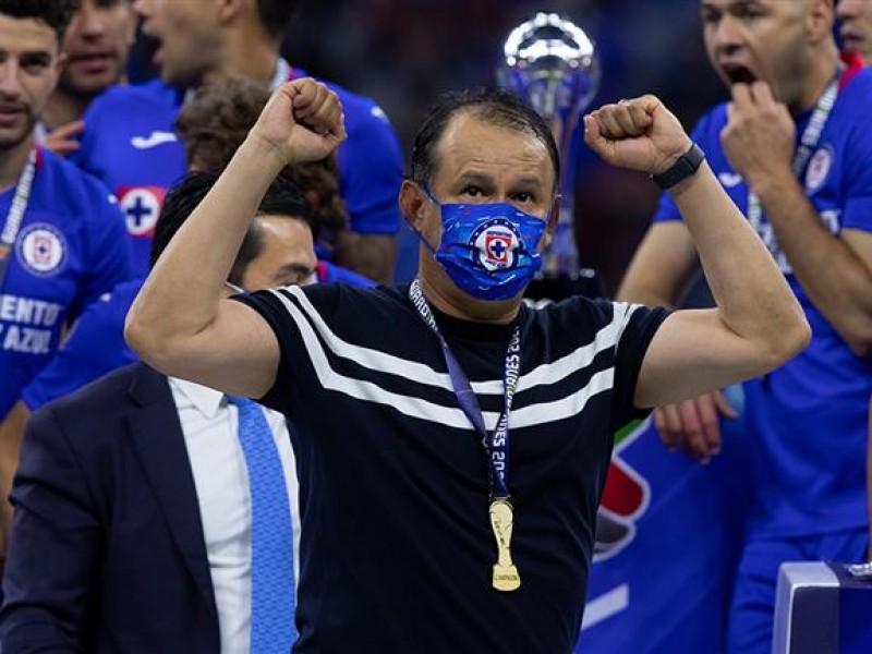 Juan Reynoso renovó contrato con el Cruz Azul