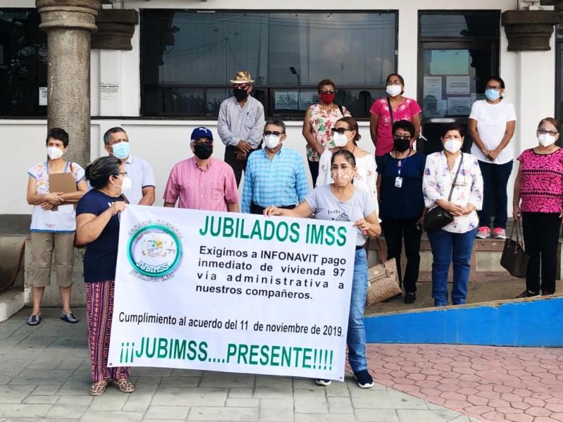 Jubilados del IMSS piden pago de recursos