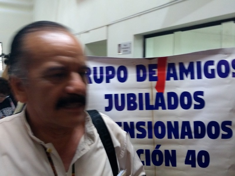 Jubilados y pensionados toman oficinas centrales exigen pagos