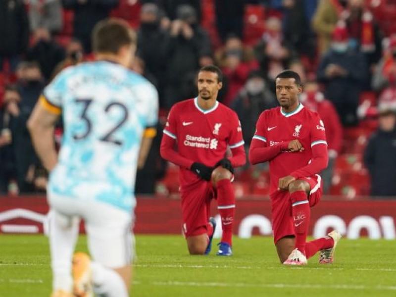 Jugadores en Inglaterra seguirán arrodillándose contra el racismo