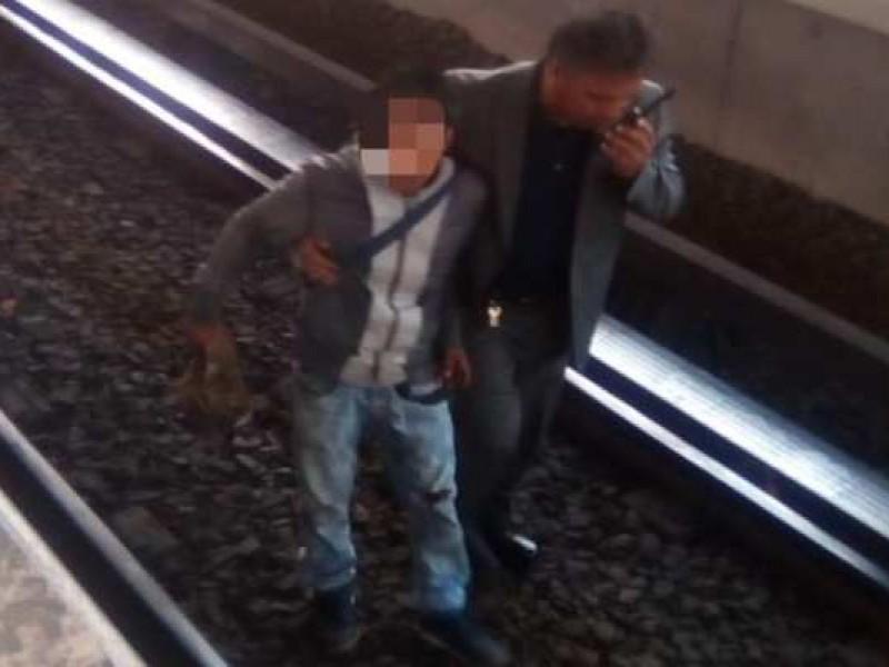 Karma: Roba celular y cae al Metro